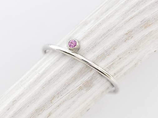 Prstene - 585/1000 zlatý prsteň s prírodným rúžovým zafírom  (bielé zlato) - 10132104_