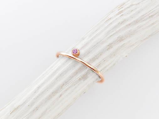 Prstene - 585/1000 zlatý prsteň s prírodným rúžovým zafírom  (ružové zlato) - 10132106_