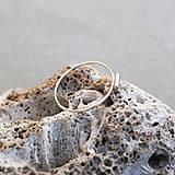 Prstene - Strieborný prsteň s mini čiarkou - 10131318_