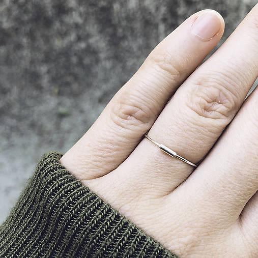 Strieborný prsteň s mini čiarkou