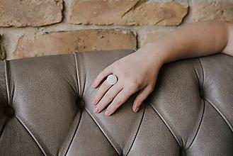 Prstene - BUTTON S elegantný perleťový prsteň - 10131381_