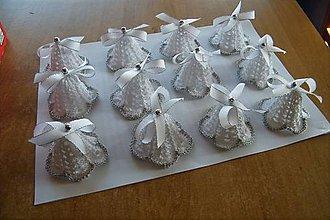 Dekorácie - Zvončeky háčkované bielo-strieborné - 10128352_