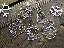 Dekorácie - strieborné Vianoce z drôtu s bielymi perličkami... sada (5 kusov - základná sada) - 10134308_