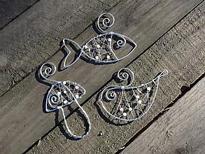 Dekorácie - strieborné vianoce z drôtu s bielymi perličkami... sada (8 kusov - rozšírená sada o rybičku,vtáčika,hríbik) - 10134339_