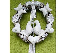 Dekorácie - Celoročný Veniec venček na dvere alebo do interiéru - Zaľúbené holubice (Svadobný biely veniec) - 10132606_