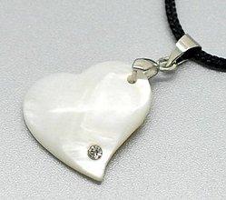 Komponenty - Prívesok perleťové srdiečko so štrasovým kamienkom - 10134391_