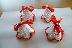 Dekorácie - Zvončeky háčkované bielo-červeno-zlaté - 10135340_