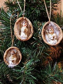 Dekorácie - keramický anjelik v orechovej škrupinke, ozdoba na stromček, sada 3 kusy - 10140555_