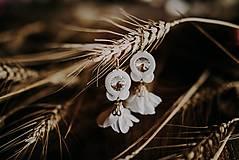 Ručne šité šujtášové náušnice / Soutache earrings with flower tassels & Swarovski®️crystals (Maria - biela)