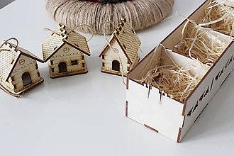 """Dekorácie - Vianočné dekorácie """"Domček zavesený 3 kusy a darčeková krabička"""" - 10141838_"""