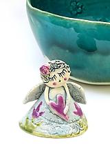Dekorácie - Anjel  malý  s tulipánom - 10137768_
