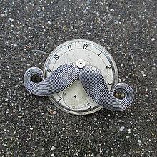 Odznaky/Brošne - Knír na ciferníku ze starých kapesních hodinek II - 10147018_