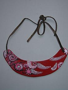 Náhrdelníky - Náhrdelník z červenej kože - 10144696_