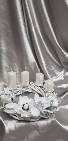 Dekorácie - Bielo strieborný adventný veniec na stôl s perleťovými postupnými sviečkami - 10147259_