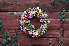 Dekorácie - Venček z lúčnych kvetov. - 10146303_