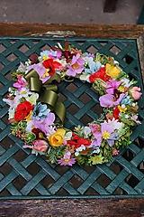Dekorácie - Venček z lúčnych kvetov. - 10146318_