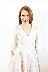 Šaty - Bavlnené pastelové šaty s romantickou krajkou - 10147588_