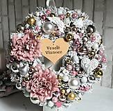 Dekorácie - Zimný zasnežený venček s vianočnými ružami ružovo-zlato-strieborný 35cm - 10149300_