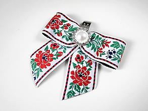 Obuv - Klipy na topánky - biele modré čierne folklórne mašle s bielou perlovo-štrasovou ozdobou (biela stuha variant do červena) - 10150332_