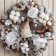Dekorácie - Zasnežený veniec na dvere ... s vianočným škriatkom ... - 10156803_