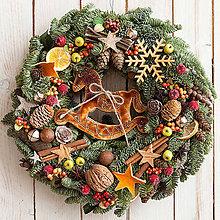 Dekorácie - Vianočný veniec na dvere s koníkom...prírodný - 10156914_