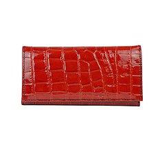Peňaženky - Jedinečná dámska lakovaná kožená peňaženka so vzorom hadiny v červenej farbe - 10156081_