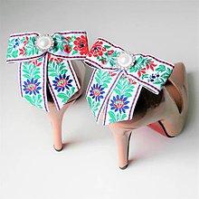Obuv - Klipy na topánky - biele modré čierne folklórne mašle s bielou perlovo-štrasovou ozdobou (biela stuha variant do modra) - 10154550_