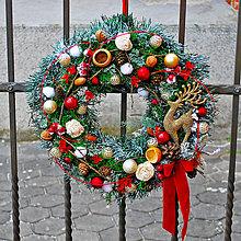 Dekorácie - Vianočný veniec osnežený so svietiacimi led guličkami a jelenčekom - 10160016_