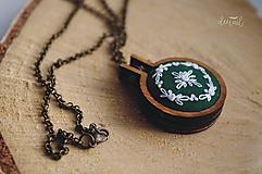 Náhrdelníky - Biely venček v tm. zelenom objatí (dĺžka retiazky: 70 cm) - 10159281_