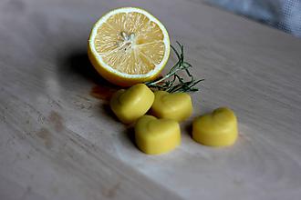 Svietidlá a sviečky - Srdiečka zo včelieho vosku do aromalampy (Citrónová tráva) - 10159682_