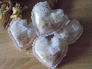 Dekorácie - Bielo-zlaté vianočné srdiečka - 10158191_