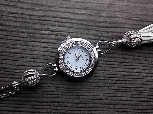 Dámske hodinky na krk so strapcom - biele   Tajanna - SAShE.sk ... 0fc881519a2