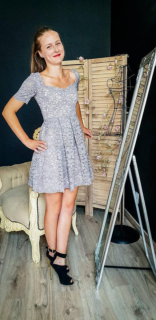Šaty so skladanou sukňou z kvalitnej krajky rôzne farby
