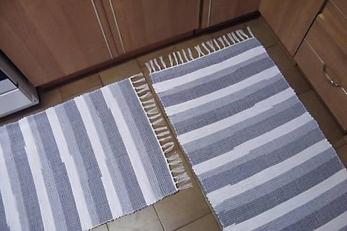 Tkaný koberec bielo-sivý