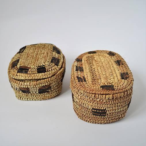 Košíkový box z jemných palmových listov zdobený prírodnou kožou