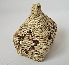 Krabičky - Košíkový domček upletený z palmových listov dekorovaný hviezdou z pásikov prírodnej kože - 10167236_