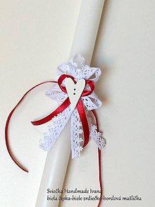 Nezaradené - Sviečka Handmade Ivana biela čipka-biele srdiečko-farebná mašlička podľa výberu (Bordová) - 10167524_