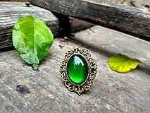 Prstene - Starobronzový antique prsteň so smaragdovo zeleným kameňom - 10170657_