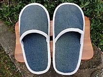 Riflové papuče s bielym lemom