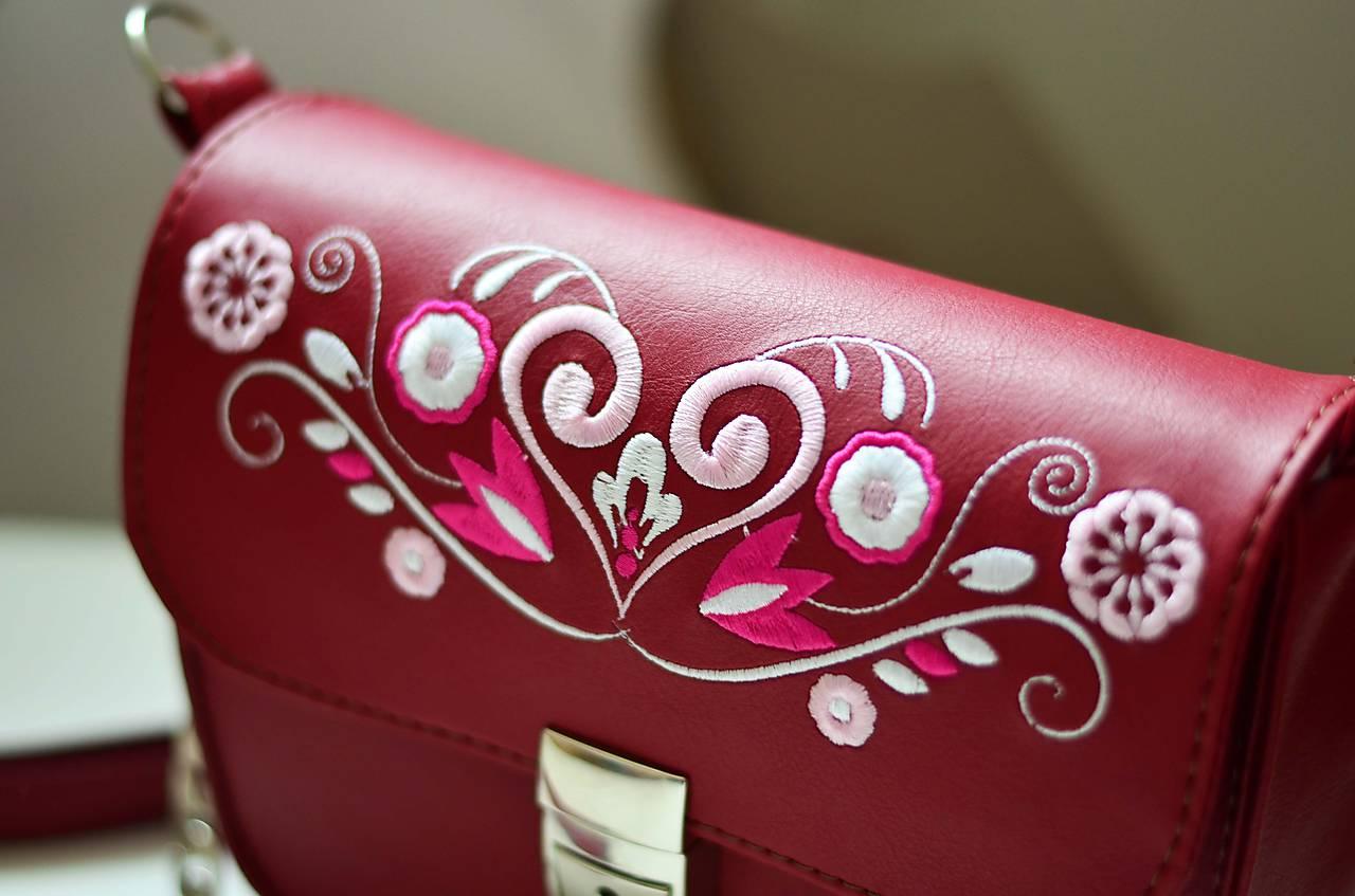 LEA kabelka vyšívaná (bordová)