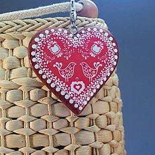 Iné šperky - Drevený prívesok na kabelku – červené folk srdce - 10178580_