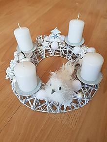 Dekorácie - adventný veniec biely s vtáčikom a sviečkami - 10179945_