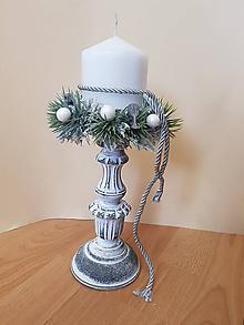Svietidlá a sviečky - šedo-biely vianočný svietnik