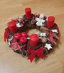 Dekorácie - adventný veniec červený s drevenými ozdobami 30 cm - 10183898_