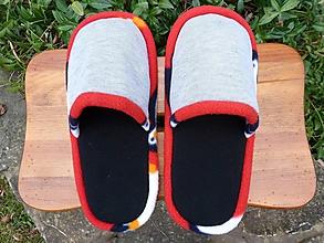 Obuv - Čierne papuče s červeným lemom - 10186871_