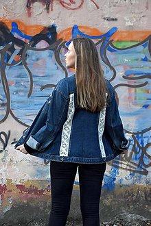 Kabáty - Upcyklovaná džínsová bunda skrášlená čipkou - 10183748_