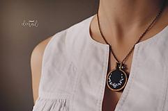 Náhrdelníky - Biely polvenček v tm.modrom objatí - náhrdelník - 10191236_