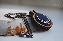 Náhrdelníky - Biely polvenček v tm.modrom objatí - náhrdelník - 10191237_
