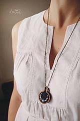 Náhrdelníky - Biely polvenček v tm.modrom objatí - náhrdelník - 10191241_