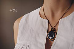 Sady šperkov - Biely polvenček v tm.modrom objatí - náušnice + náhrdelník - 10191279_